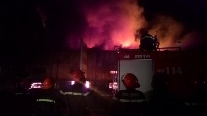 Cháy nổ dữ dội kho chứa sơn và hóa chất tại Bình Dương ảnh 14