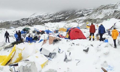 Khoảnh khắc lở tuyết chôn vùi trại leo núi Everest ảnh 1