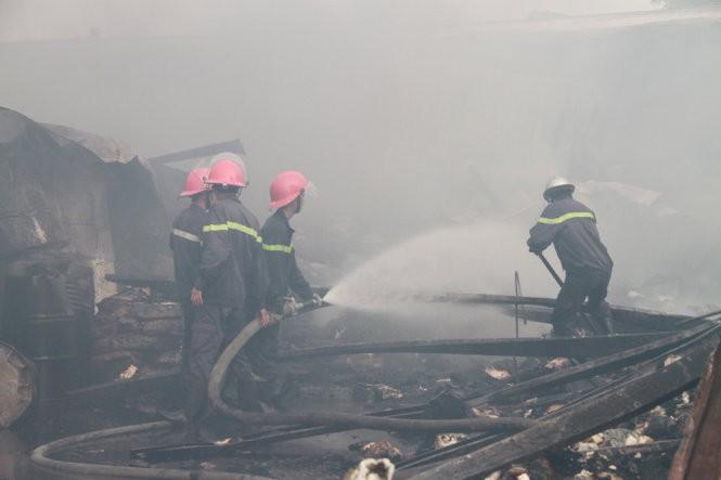 Cháy nổ dữ dội kho chứa sơn và hóa chất tại Bình Dương ảnh 3