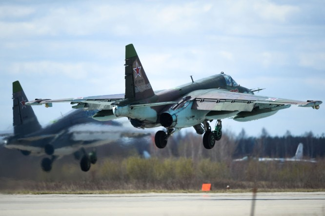 Chiến đấu cơ Nga 'làm xiếc' chuẩn bị cho duyệt binh ảnh 2