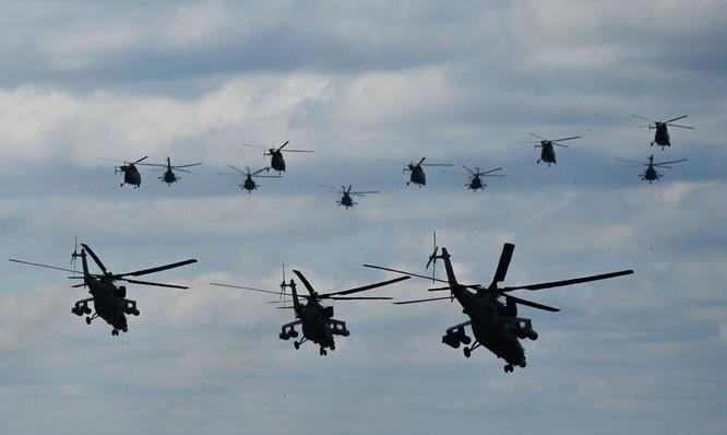 Chiến đấu cơ Nga 'làm xiếc' chuẩn bị cho duyệt binh ảnh 4