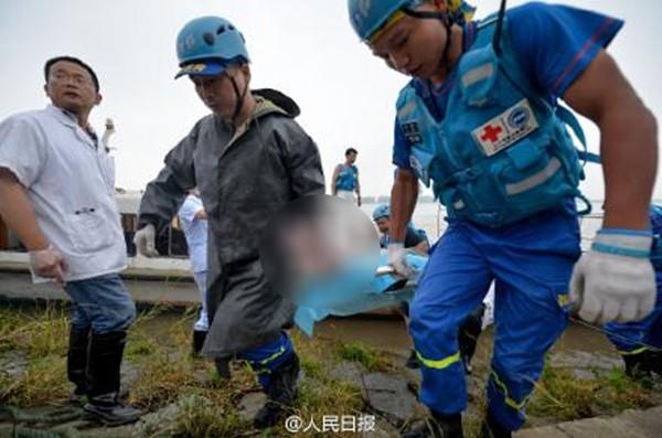 Tàu chở hơn 450 người chìm ở Trung Quốc ảnh 3