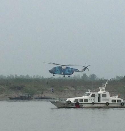 Tàu chở hơn 450 người chìm ở Trung Quốc ảnh 30