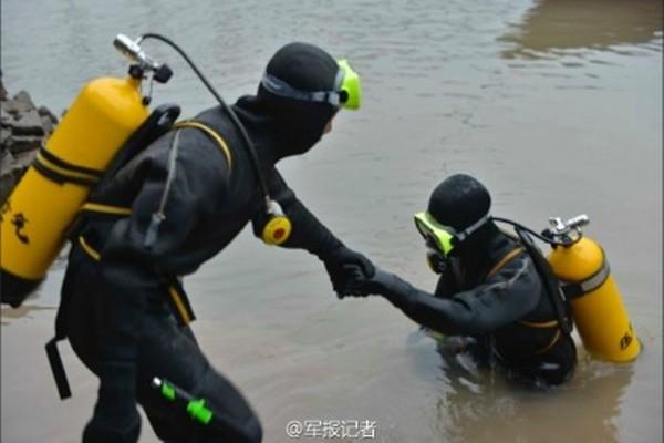 Tàu chở hơn 450 người chìm ở Trung Quốc ảnh 32