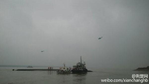 Tàu chở hơn 450 người chìm ở Trung Quốc ảnh 37