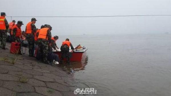Tàu chở hơn 450 người chìm ở Trung Quốc ảnh 39