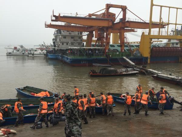 Tàu chở hơn 450 người chìm ở Trung Quốc ảnh 42