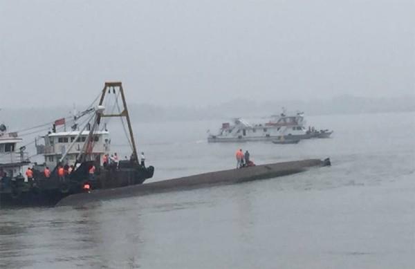 Tàu chở hơn 450 người chìm ở Trung Quốc ảnh 44