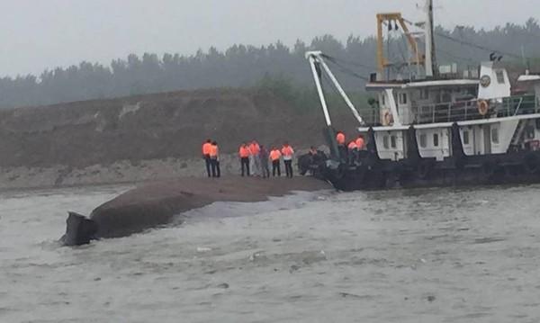 Tàu chở hơn 450 người chìm ở Trung Quốc ảnh 48