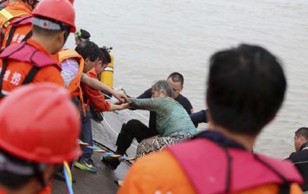 Tàu chở hơn 450 người chìm ở Trung Quốc ảnh 15