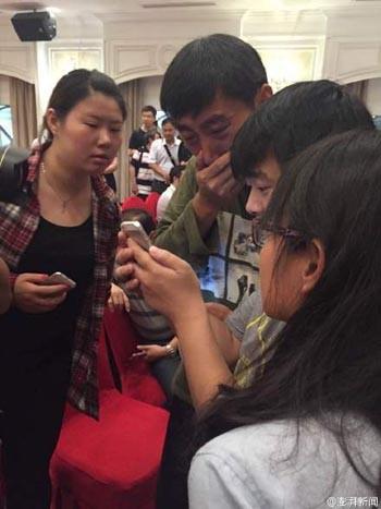 Tàu chở hơn 450 người chìm ở Trung Quốc ảnh 13