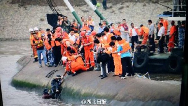 Tàu chở hơn 450 người chìm ở Trung Quốc ảnh 7