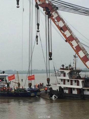 Trung Quốc lật ngược tàu chìm tìm nạn nhân ảnh 1