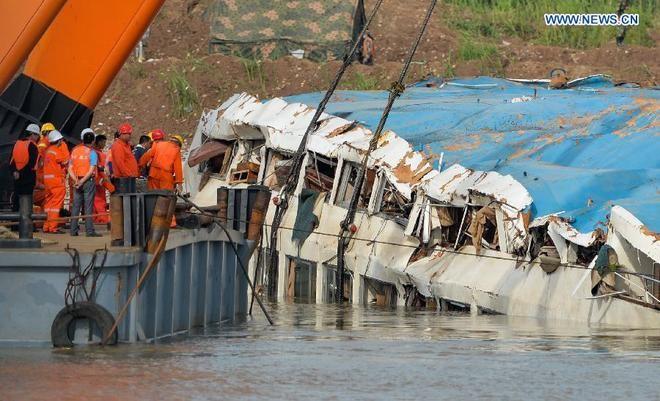 Trung Quốc nâng tàu chìm trên sông Trường Giang ảnh 1