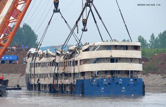 Trung Quốc nâng tàu chìm trên sông Trường Giang ảnh 3
