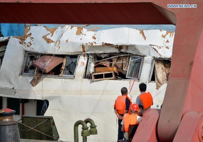 Trung Quốc nâng tàu chìm trên sông Trường Giang ảnh 4