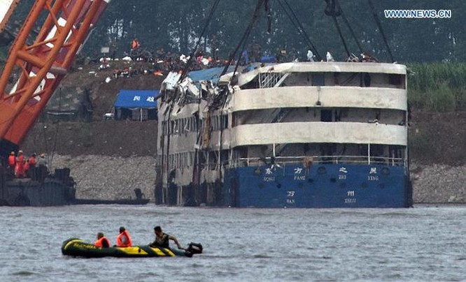 Trung Quốc nâng tàu chìm trên sông Trường Giang ảnh 5