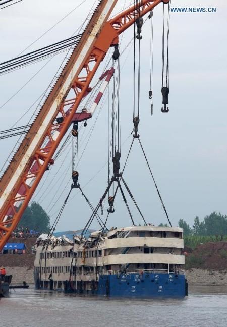 Trung Quốc nâng tàu chìm trên sông Trường Giang ảnh 6