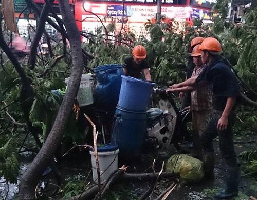 Một người chết, 3 bị thương vì dông lớn tại Hà Nội ảnh 1