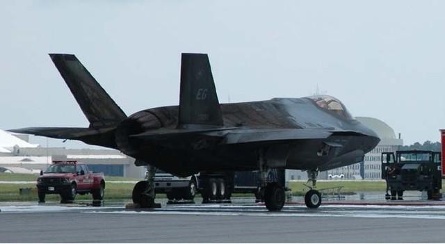 """F-35 có thể biến thành """"vịt quay"""" khi đối đầu Su-30/35? ảnh 1"""