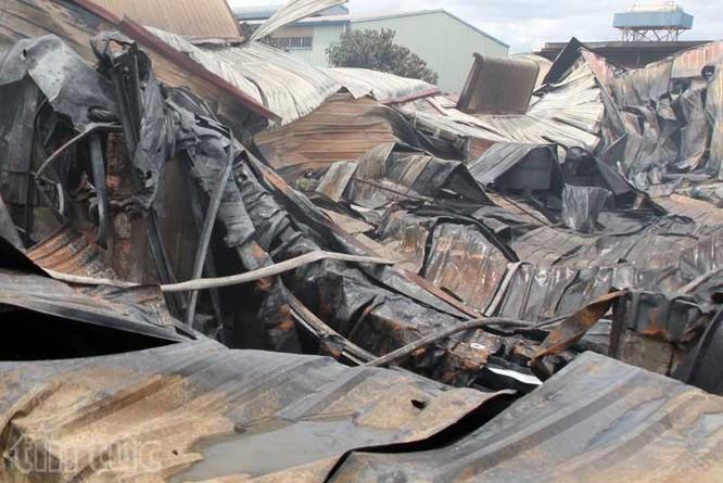 Hiện trường tan hoang sau vụ cháy trong KCN Hoàng Gia ảnh 4