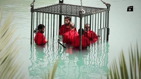 Kinh hãi cảnh IS dìm chết người bị nghi là gián điệp! ảnh 1