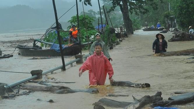 Vỡ đập ở Điện Biên, xe máy trôi khắp thị trấn ảnh 2