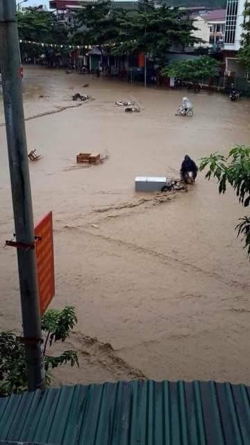 Vỡ đập ở Điện Biên, xe máy trôi khắp thị trấn ảnh 3