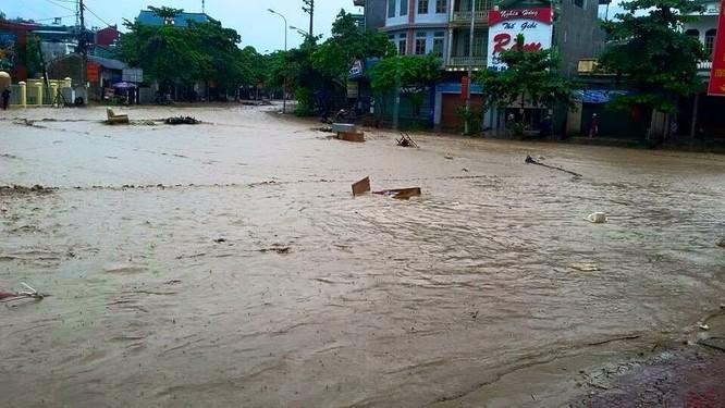 Vỡ đập ở Điện Biên, xe máy trôi khắp thị trấn ảnh 4
