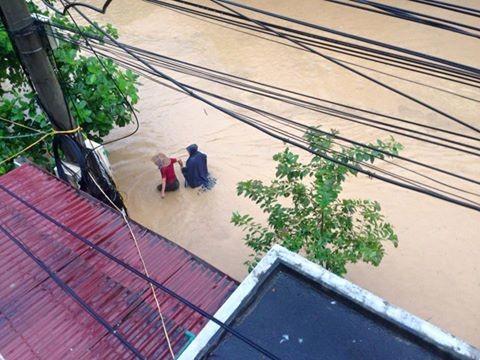Vỡ đập ở Điện Biên, xe máy trôi khắp thị trấn ảnh 5