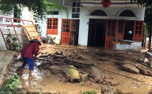 Vỡ đập ở Điện Biên, xe máy trôi khắp thị trấn ảnh 8