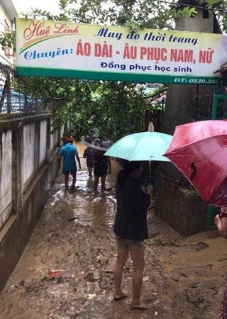 Vỡ đập ở Điện Biên, xe máy trôi khắp thị trấn ảnh 9