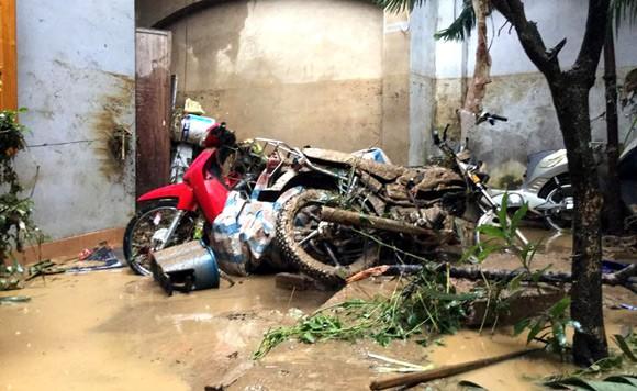 Vỡ đập ở Điện Biên, xe máy trôi khắp thị trấn ảnh 12