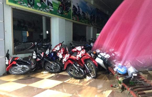 Vỡ đập ở Điện Biên, xe máy trôi khắp thị trấn ảnh 13
