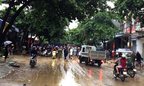 Vỡ đập ở Điện Biên, xe máy trôi khắp thị trấn ảnh 14