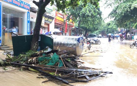 Vỡ đập ở Điện Biên, xe máy trôi khắp thị trấn ảnh 17