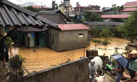 Vỡ đập ở Điện Biên, xe máy trôi khắp thị trấn ảnh 18