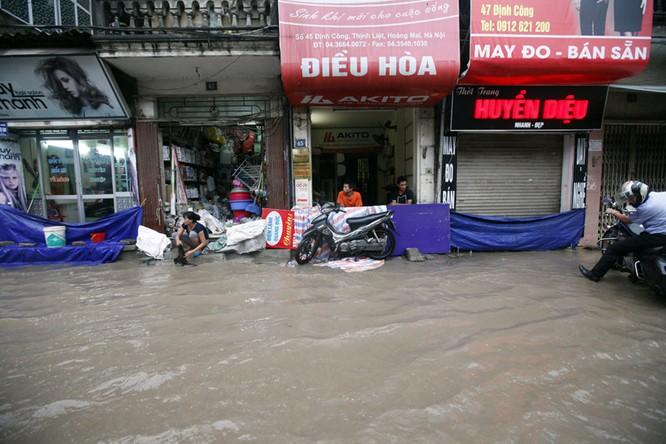 Mưa lũ lịch sử: Phá đập cứu 500 hộ dân bị ngập ảnh 3