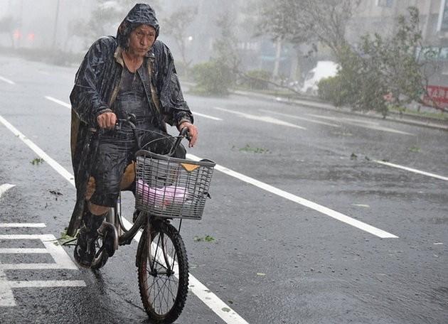 Đài Loan tơi bời trong bão, Trung Quốc sơ tán 158.000 dân ảnh 2