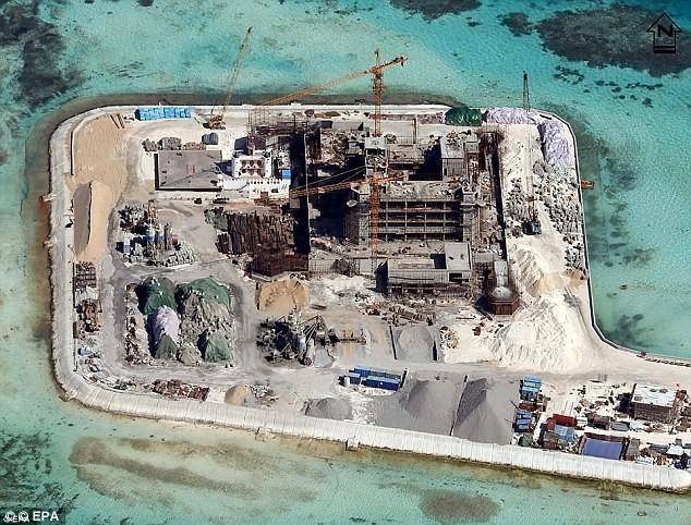 Đảo nhân tạo Trung Quốc đang được gấp rút xây dựng hạ tầng, lắp đặt trang thiết bị quân sự