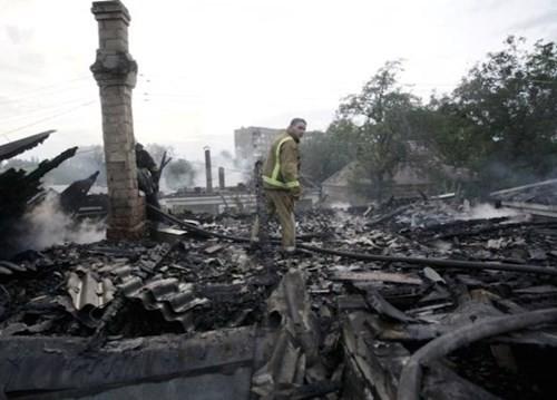 Bạo lực bùng phát ở miền đông Ukraine, 2 phe xung đột đổ lỗi cho nhau ảnh 1