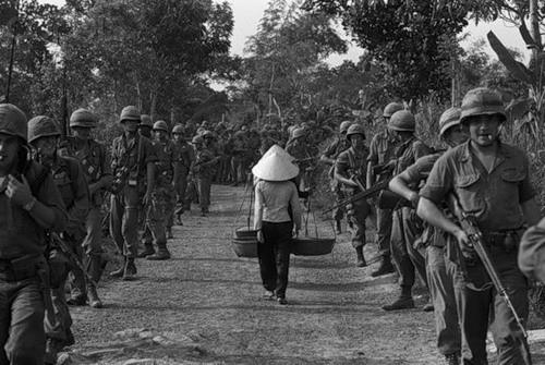 Cuộc chiến tranh Việt Nam qua ảnh của Henry Hyuet ảnh 2