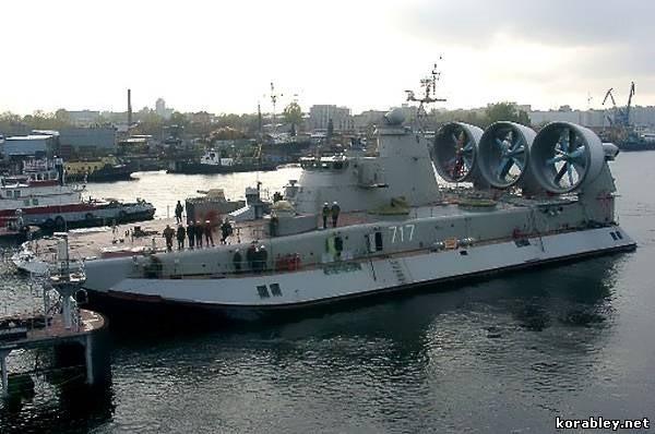 """Lướt trên sóng đại dương - tàu đổ bộ đệm khí Bò rừng """"Zubr"""" ảnh 3"""