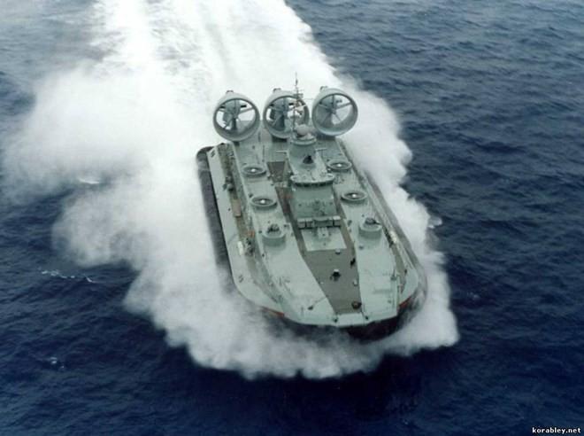 """Lướt trên sóng đại dương - tàu đổ bộ đệm khí Bò rừng """"Zubr"""" ảnh 5"""