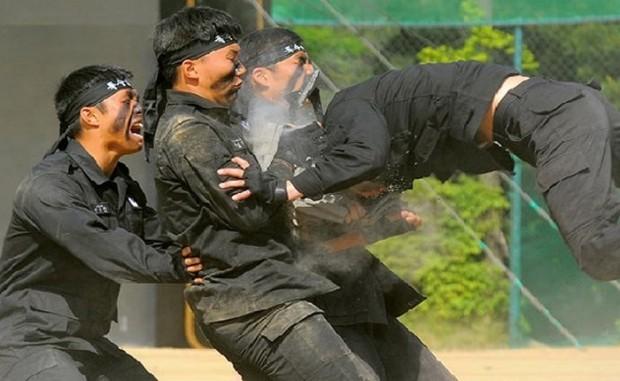 Mười phương pháp huấn luyện bộ đội điên rồ nhất trên thế giới ảnh 5