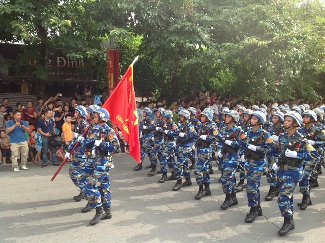 Dân đổ ra đường xem diễu binh hoành tráng mừng Quốc Khánh ảnh 18