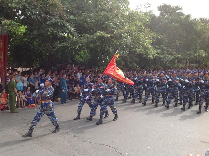 Dân đổ ra đường xem diễu binh hoành tráng mừng Quốc Khánh ảnh 19