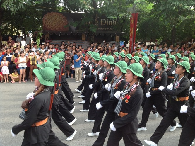 Dân đổ ra đường xem diễu binh hoành tráng mừng Quốc Khánh ảnh 22