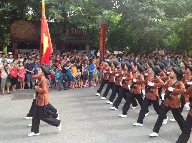 Dân đổ ra đường xem diễu binh hoành tráng mừng Quốc Khánh ảnh 23