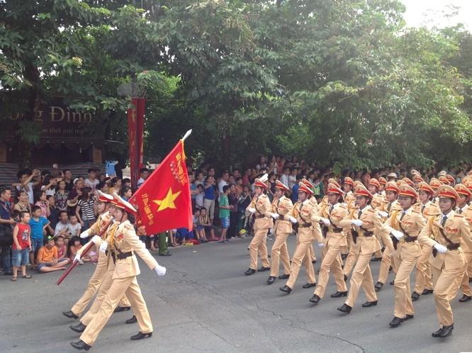 Dân đổ ra đường xem diễu binh hoành tráng mừng Quốc Khánh ảnh 24